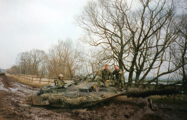 Chiếc Leopard 2A6 bất ngờ bị lầy chìm hết phần thân xe
