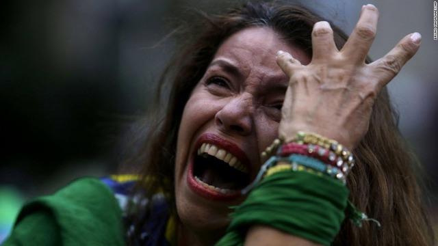 Nữ cổ động viên của đội tuyển Brazil khóc khi xem qua tivi màn hình lớn trận bán kết World Cup giữa đội nhà và đội tuyển Đức. Brazil đã để thua Đức với tỷ số 1-7.