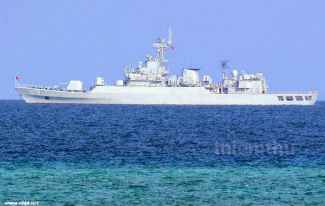 Tàu hộ vệ tên lửa 528 của hải quân Trung Quốc bảo vệ cho hành vi xây dựng phi pháp.