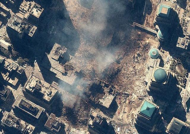 Hình ảnh từ vệ tinh IKONOS ngày 15/8/2001, những gì còn sót lại của Trung tâm thương mại thế giới chỉ là những đống đổ nát. Ngoài ra có thể thấy nhiều xe cấp cứu cùng các phương tiện cứu hộ trên đường. Ảnh: GeoEye.