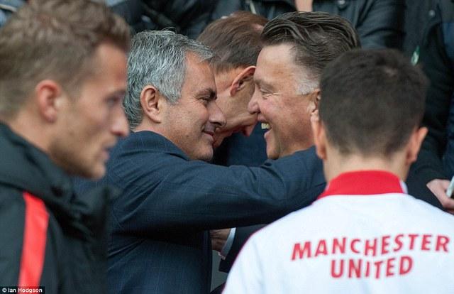 Van Gaal và Mourinho ôm nhau trước trận đấu