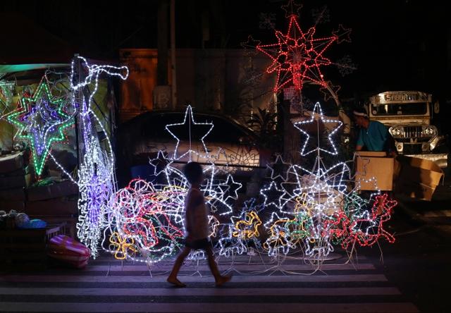Người dân trang trí bằng đèn màu nhân dịp lễ Giáng sinh ở Manila, Philippines.