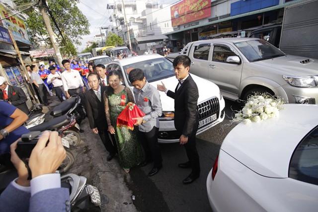 Những chiếc siêu xe gây đôi chút ách tắc trước cửa nhà Thủy Tiên tại Kiên Giang