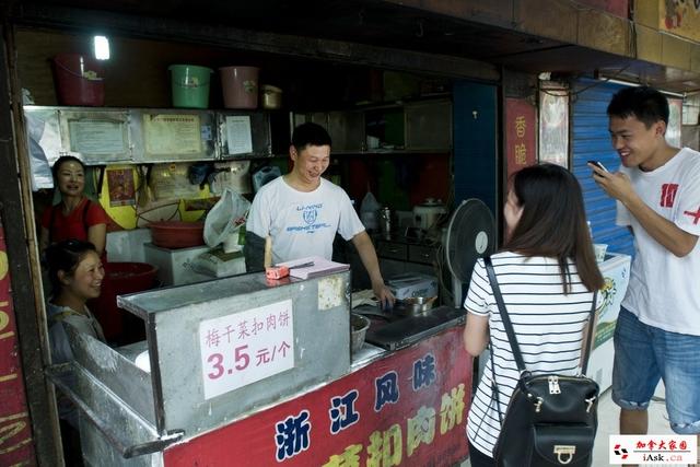 Ông Shao nói chuyện với một khách hàng
