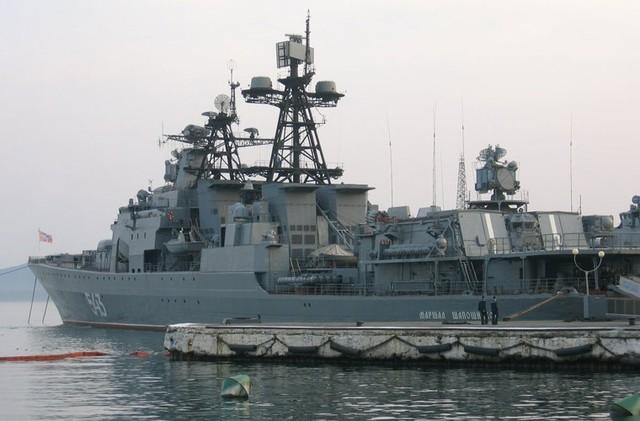 Đuôi tàu có sàn đáp và nhà chứa lớn cho phép mang theo 2 trực thăng săn ngầm loại Ka-27