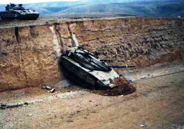Merkava Mk2 quá đà rơi và trượt trên taluy