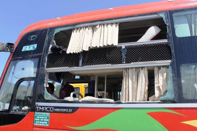"""Phần kính bên trái xe bị """"thổi"""" tung sau vụ nổ - Ảnh: Cảnh Phúc"""