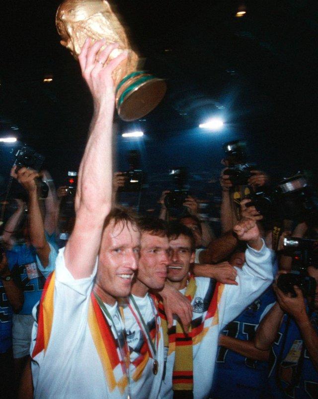 Brehme nâng cao chiếc Cúp vàng thế giới mà ĐT Tây Đức giành được ở Italia 90