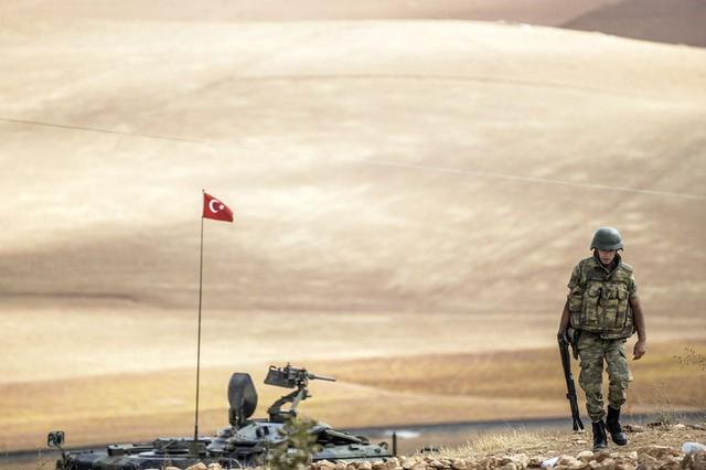 Binh sĩ Thổ Nhĩ Kỳ tuần tra tại thị trấn Suruc thuộc tỉnh Sanliurfa, giáp biên giới với Syria.