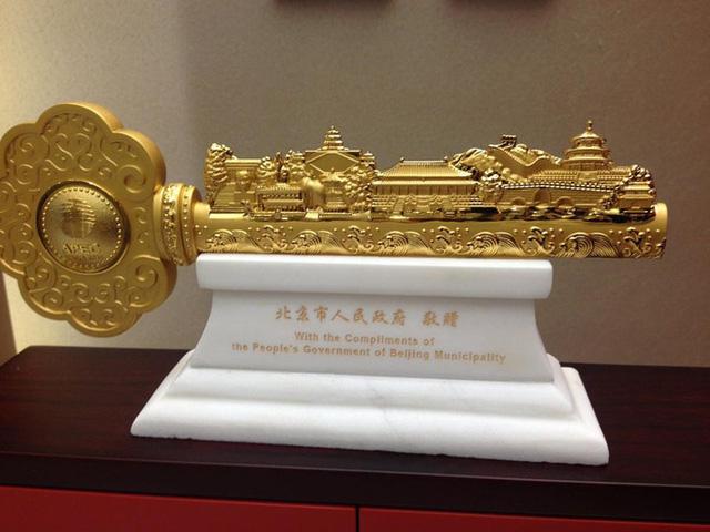 Bên cạnh đó, lấy cảnh hứng từ các công trình văn hoá của Trung Quốc và hoạ tiết, hoa văn cung đình xưa, các nhà thiết kế còn sáng tạo ra những đồ vật trang trí độc đáo, tôn thêm sự trang trọng cho yến tiệc cấp quốc gia.