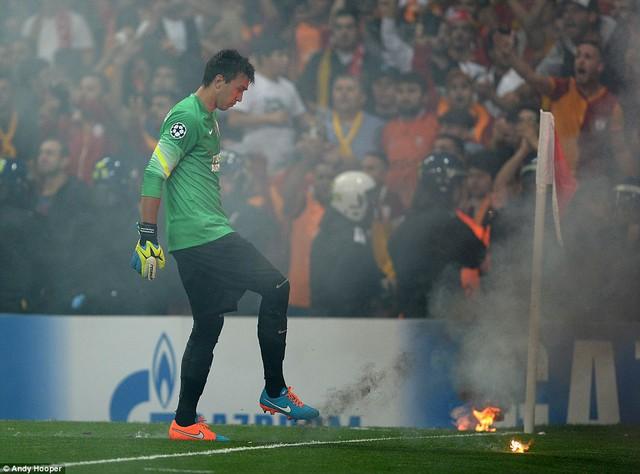 Trong khi anh dập tắt lửa, đồng đội Sneijder còn phải chạy ra góc sân, xin NHM Galatasaray bình tĩnh
