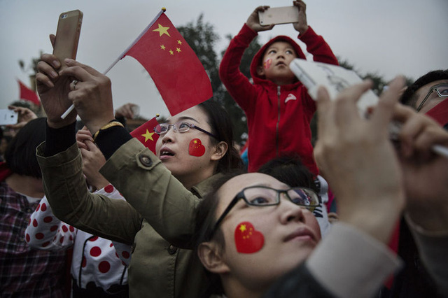 Du khách chụp ảnh gần quảng trường Thiên An Môn ở Bắc Kinh trong ngày quốc khánh Trung Quốc 1/10.