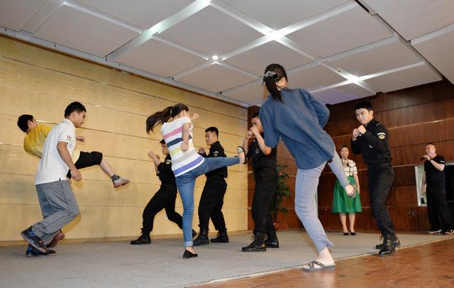 Sinh viên được cảnh sát hướng dẫn các kỹ năng chống khủng bố tại trường đại học Kinh tế và Thương mại ở Bắc Kinh, Trung Quốc.