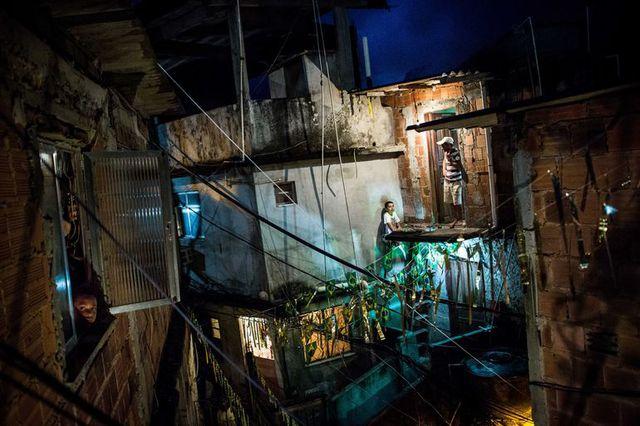 Cuộc sống ban đêm tại khu ổ chuột Rocinha ở Rio de Janeiro, Brazil.