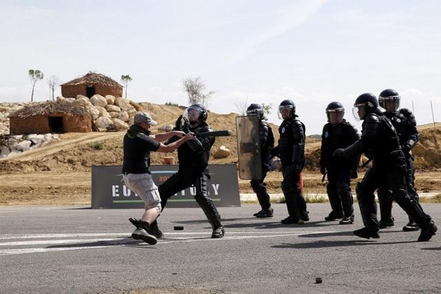 Các binh sĩ diễn tập quân sự trong ngày khai mạc của triển lãm Eurosatory.