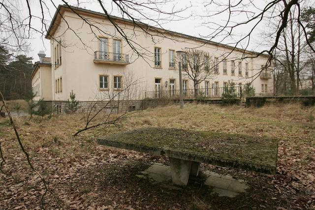 Dinh thự Bogensee rộng 42 mẫu, cách Berlin 9 dặm về phía Bắc và được Đông Đức sử dụng làm trường học sau Thế chiến II.