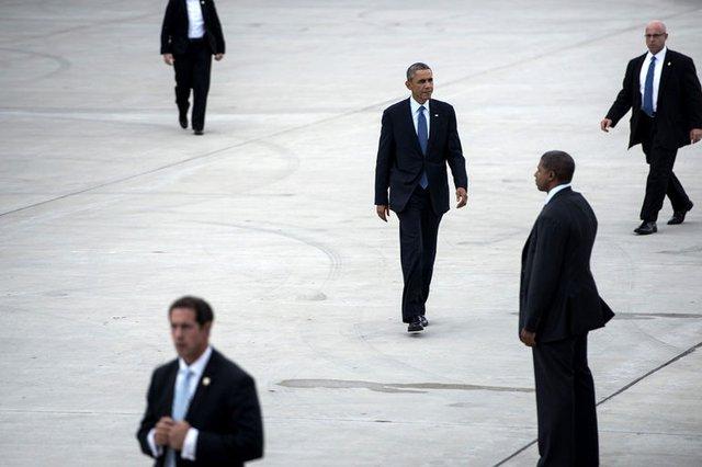 Nhân viên của Sở Mật vụ Mỹ hộ tống Tổng thống Barack Obama lên máy bay tại sân bay quốc tế Gary Chicago, bang Indiana.