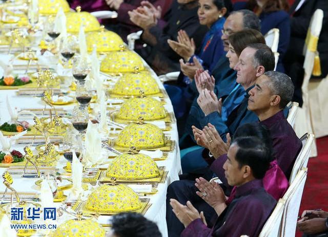 Ngoài món ăn, thì cách thức bày trí bàn ăn trong quốc yến cũng được những nhà thiết kế gốm sứ nổi tiếng của làng gốm sứ Đức Cảnh Trần chuẩn bị một cách tỉ mỉ từ đầu tháng 4/2014, và tới tháng 9 mới chốt được phương án cuối cùng.Trong ảnh là bàn tiệc của các nguyên thủ quốc gia, tại yến tiệc được tổ chức tối 10/11 ở cung thể thao Thuỷ Lập Phuơng, Bắc Kinh, Trung Quốc.