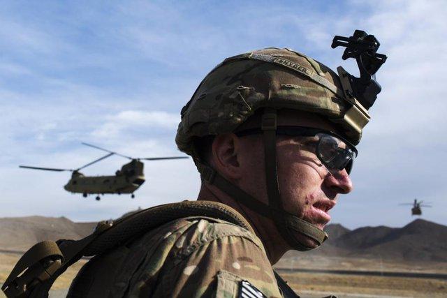 Binh sĩ Mỹ chờ trực thăng CH-47 Chinook hạ cánh sau khi kết thúc sứ mệnh cố vấn tại một căn cứ quân sự của Mỹ tại tỉnh Paktia, Afghanistan.