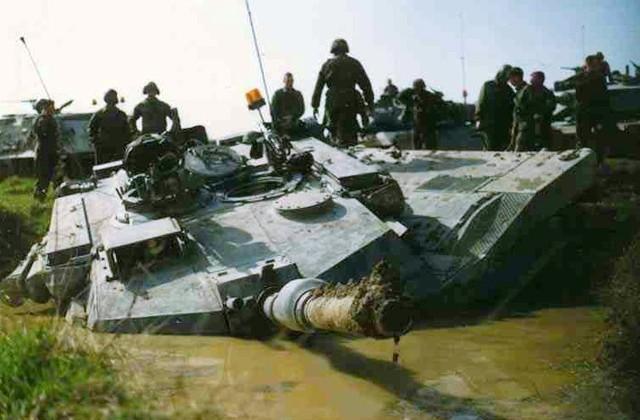 M1A1 bị sa lầy nặng khi đang hành quân tại Iraq