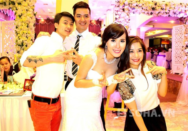 Nữ ca sĩ Lưu Kỳ Hương cùng bạn trai - NTK Dương Minh Tiến tới khá sớm để chúc mừng hạnh phúc của Mai Thỏ và Dũng Carot.