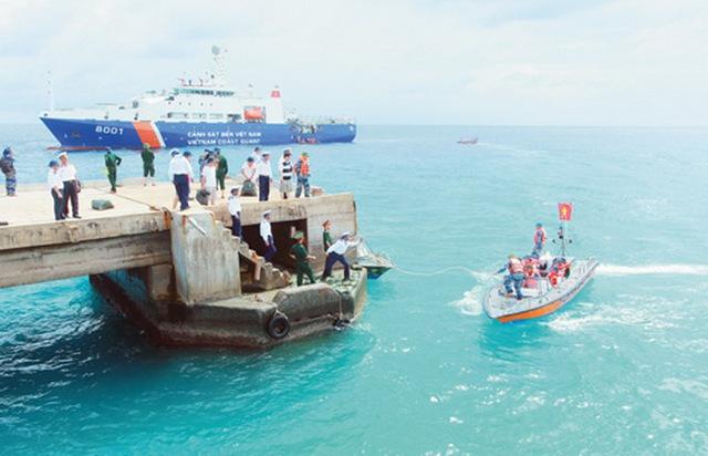 Tàu Cảnh sát biển 8001 tại quần đảo Trường Sa.