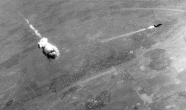 Một chiếc F-105 của Mỹ bị trúng đạn phòng không của bộ đội Việt Nam
