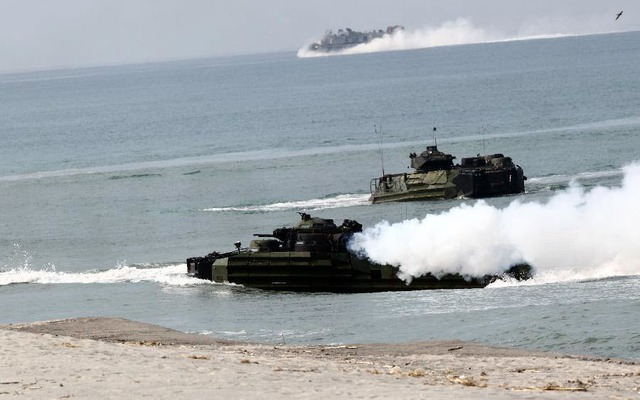Phương tiện tấn công lưỡng cư đổ bộ vào bãi biển trong cuộc tập trận đổ bộ chung của quân đội Mỹ và Philippines tại tỉnh Zambales, Philippines.