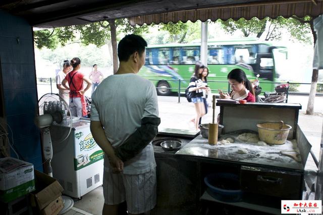 Bên trong tiệm bánh của ông Shao
