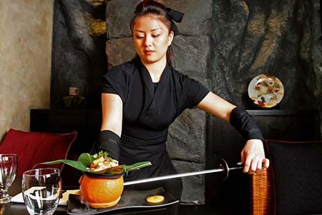 Những nhà hàng quái dị kiểu ninja, quan tài, bao cao su