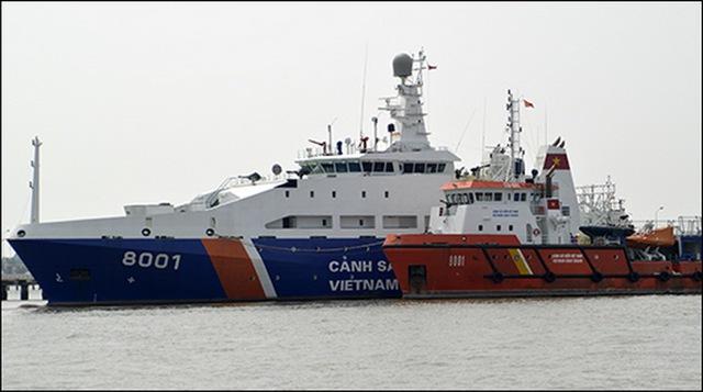 Có thể thấy rõ kích thước đồ sộ của 8001 khi đứng cạnh tàu kéo 9001.