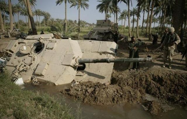 M1A1 bị đổ dệ xuống mương nước tại Iraq
