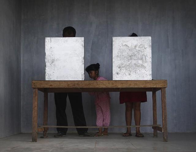 Các cử tri bỏ phiếu tại một địa điểm bầu cử tổng thống ở Bali, Indonesia.