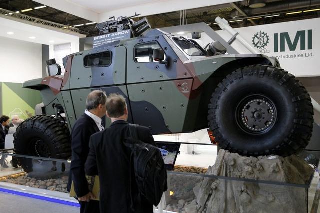 Nhà sản xuất IMI của Israel giới thiệu phương tiện bọc thép mang tên Combatguard tại triển lãm.