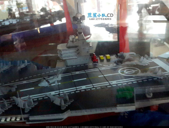 Khu vực tháp điều khiển của CV-18 được đặt ở mạn phải của tàu