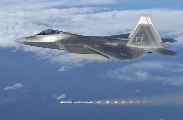 Tiêm kích F-22 phóng tên lửa AIM-120.