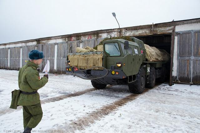 BM-30 Smerch gồm 12 ống phóng rocket cỡ nòng 300mm đặt trên khung gầm xe cơ giới.