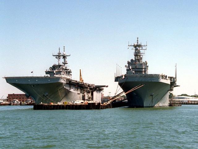 LHD-1 Wasp (trái) và LHA-2 Saipan (phải) tại cảng Norfolk 1993