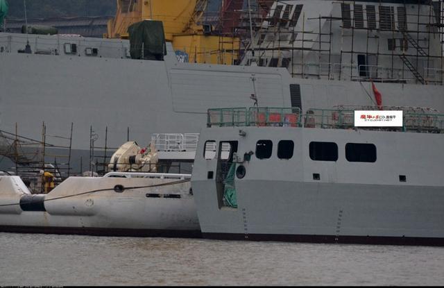 Hình ảnh phiên bản chống ngầm của Type 056 với cửa lớn ở phía đuôi tàu được đăng tải trên các trang mạng Trung Quốc vào đầu tháng 1/2014.