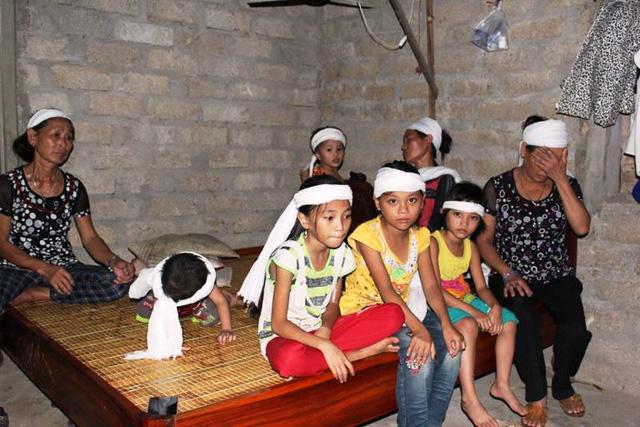 Chị Thu cùng 5 đứa con thơ dại khờ côi cút phút chốc mất đi người chồng, người cha.
