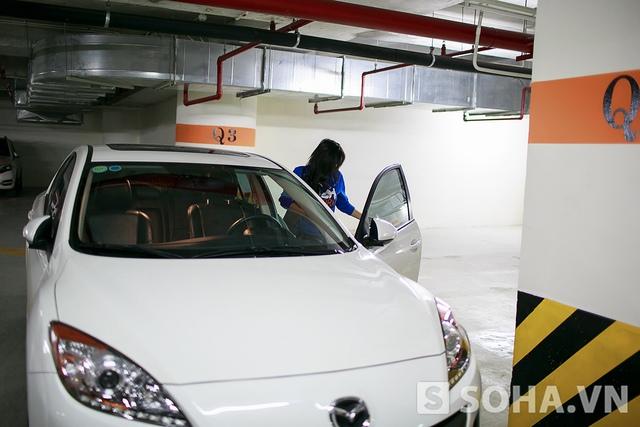 Tít di chuyển bằng chiếc Mazda3 cô mua cách đây gần 1 năm. Do công việc phải di chuyển lúc muộn khá nguy hiểm và phức tạp, lại thường xuyên mặc đồ diễn sexy nên chiếc xe này giúp cô cảm thấy an toàn hơn.