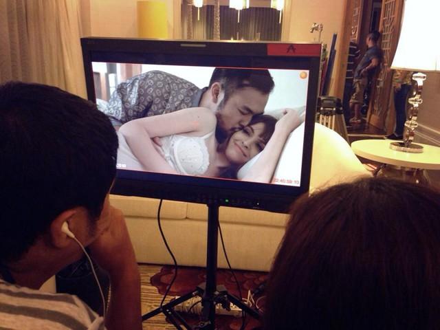 Sau khi hoàn thành cảnh quay cuối cùng trong bộ phim Để Hội tính, Andrea hào hứng chia sẻ những bức ảnh hậu trường có cảnh quay cô tham gia. Trong những bức hình này, người mẫu trẻ diện đồ ngủ gợi cảm và diễn cảnh thân mật với 1 nam diễn viên.