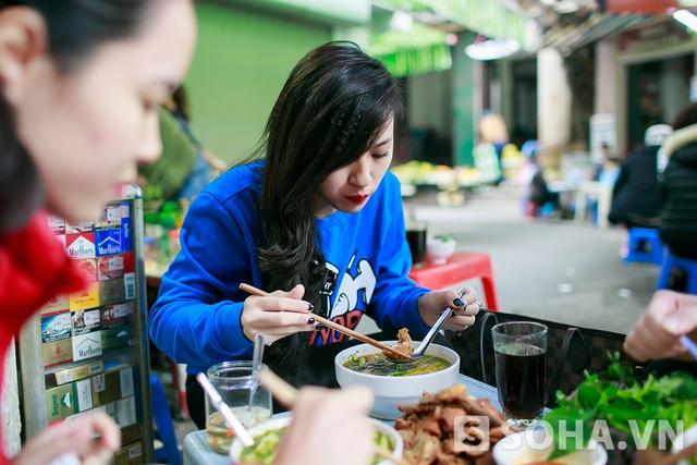 Trưa nay, Tít đi ăn bún cá ở một hàng gần Hồ Hoàn Kiếm. Tít bật mí đây là món khoái khẩu của cô. Và đây cũng là cửa hàng bún cá mà Tít ăn thấy ngon nhất.