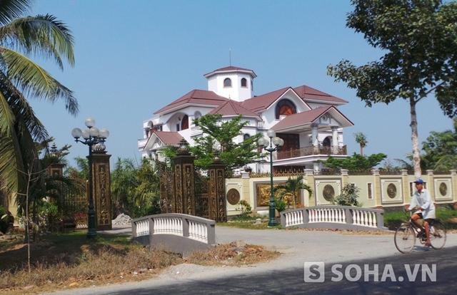 Căn biệt thự do Trần Hoàng Anh con trai ông Truyền đứng tên tại xã Sơn Đông, thành phố Bến Tre khiến nhiều người dân bàn tán.