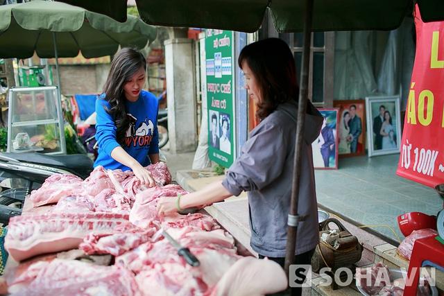 Khoảng 4-5 giờ chiều, Tít sẽ lái xe về nhà. Trên đường, cô ghé qua một khu chợ nhỏ gần đó để mua đồ chuẩn bị cho bữa tối. Hầu như những người bán hàng trong khu chợ này đều quen mặt Tít.