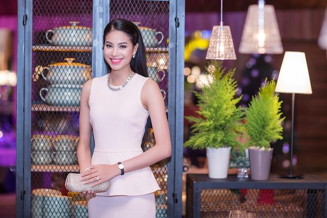 Luôn trung thành với phong cách thời trang khá kín cổng cao tường, mỗi khi xuất hiện Phạm Hương khiến người đối diện ấn tượng với vẻ nhẹ nhàng, đơn giản nhưng sang trọng.