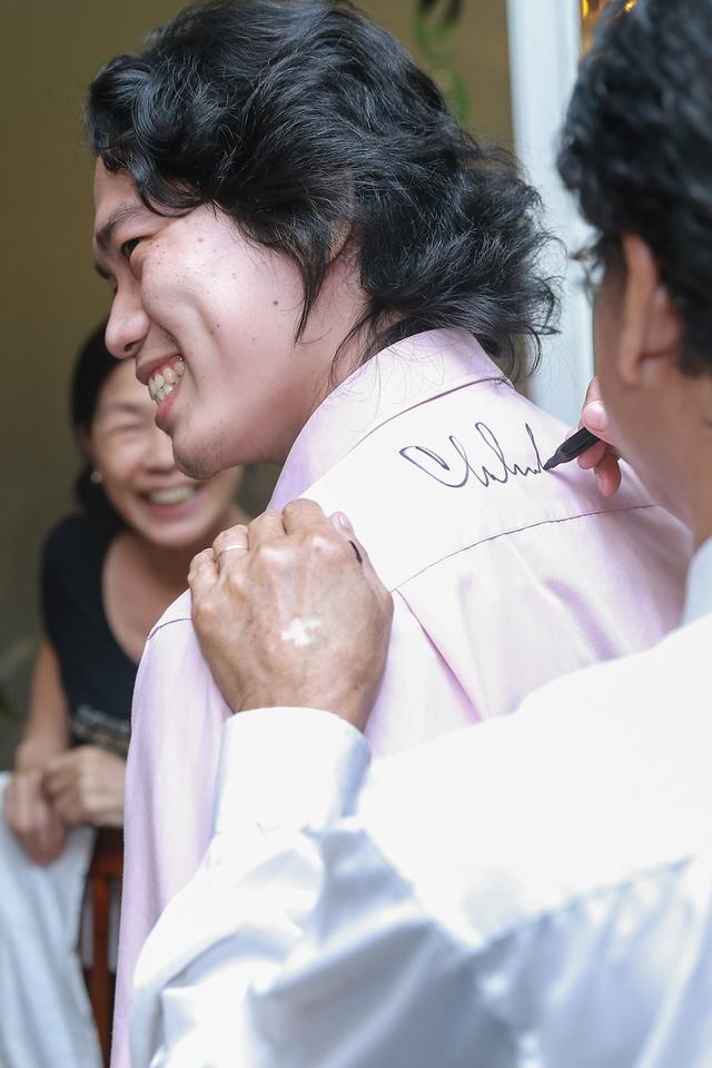 Các fan đã dành tặng Chế Linh rất nhiều món quà nho nhỏ thể hiện tình cảm của mình với danh ca, các fan trẻ còn đòi Chế Linh ký bằng được trên áo sơ mi của mình để lưu làm kỷ niệm.