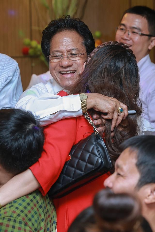 Trong buổi giao lưu với Fan Sài Gòn hôm qua, Chế Linh thực sự cảm kích khi người yêu mến ông thuộc nhiều thế hệ, có những người tóc đã bạc trắng, thuộc nằm lòng từng ca khúc của Chế Linh, bày tỏ với ông về những bài hát đã theo họ đi suốt quãng đời thanh niên xưa, có những phụ nữ lớn tuổi cũng mê mẩn tiếng hát của ông mấy chục năm nay, đặc biệt là có nhiều fan còn rất trẻ cũng yêu đến say mê tiếng hát của Chế Linh.