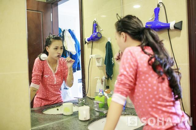 Như mọi người bình thường, Tít khởi động ngày mới bằng việc đánh răng rửa mặt và làm vệ sinh cá nhân.