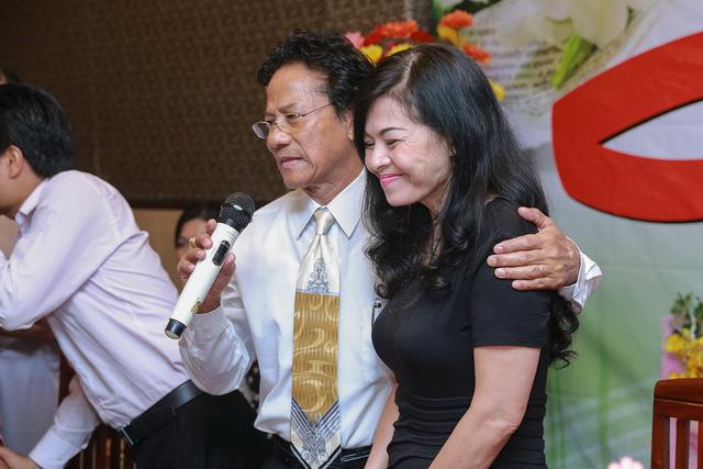Trong buổi họp fan, Chế Linh ôm chặt vai vợ ông -chị Vương Nga, và nói với người hâm mộ rằng, ông vô cùng biết ơn vợ bởi bà đã đồng hành cùng ông suốt 40 năm qua. Chị đãluôn ủng hộ hết mình và quan tâm lo lắng mọi thứ cho ông để ông được yên tâm cống hiến cho nghệ thuật.